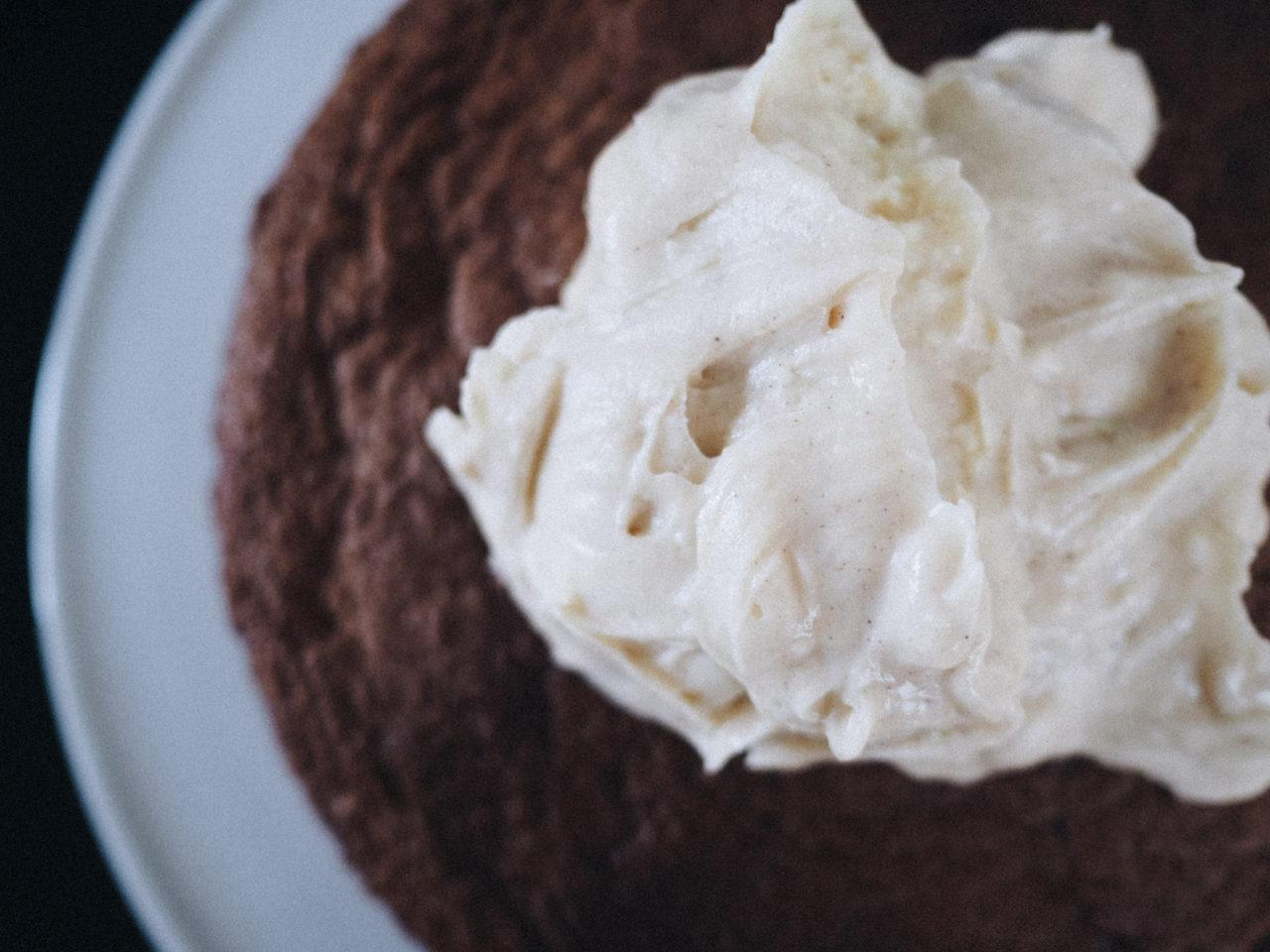 Opskrift på svampet og lækker gulerodskage med frisk ostecreme