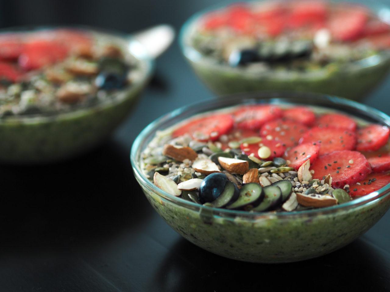 sund og frisk grøn smoothieskaal til morgenmad – delicious and healthy green smoothie bowl.